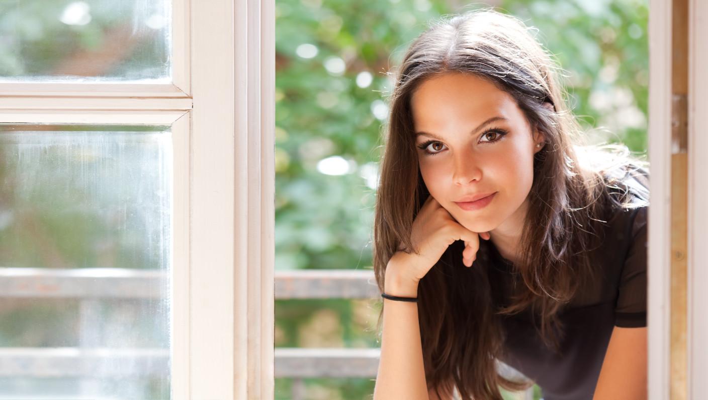 Women's Body Language - 3 Signs She Wants You